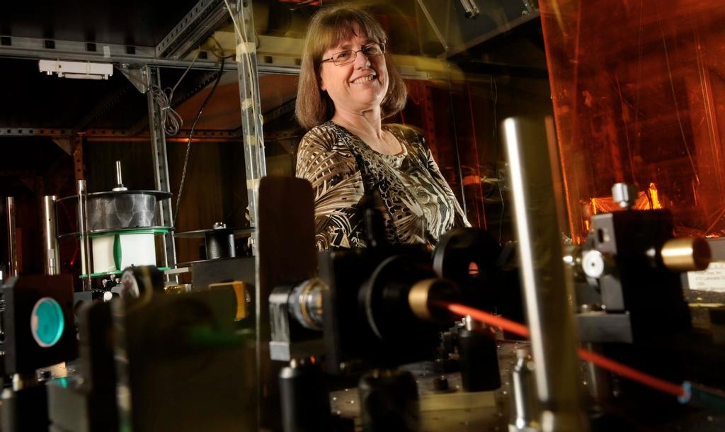Donna Strickland, co-lauréate du prix Nobel de physique 2018, dans son laboratoire de l'Université de Waterloo, en Ontario.