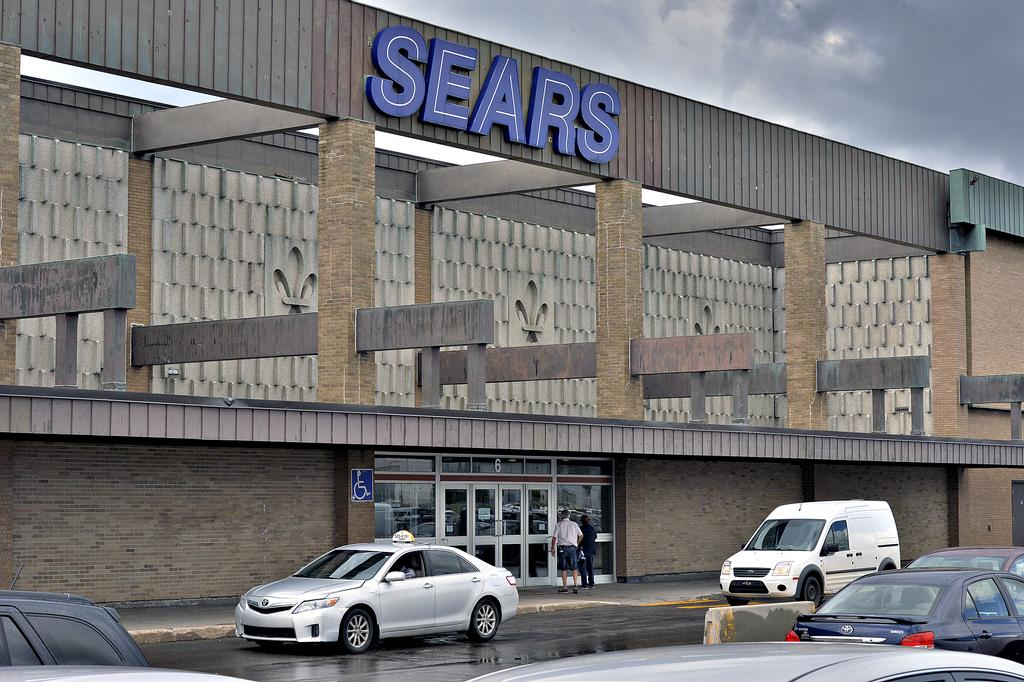 Au centre commercial Fleur de Lys, Sears occupe une superficie de 187 000 pi2, soit le local le plus imposant de l'établissement. La bannière était propriétaire de sa section du bâtiment depuis 1963.