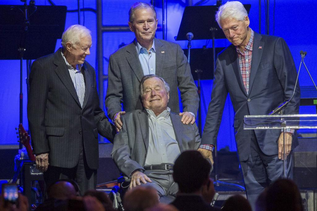 Jimmy Carter, George H. W. Bush (assis), George W. Bush, et Bill Clinton étaient présents à College Station,au Texas, le 21 octobre.
