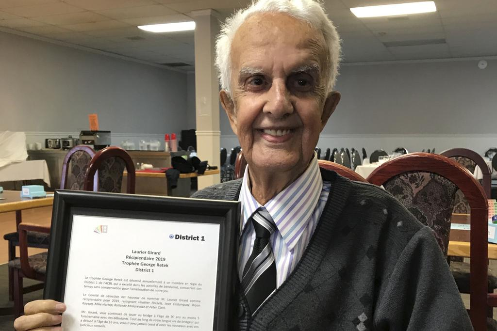 Laurier Girard, 90 ans, a reçu le trophée George-Retek du district 1 de l'American Contract Bridge League.