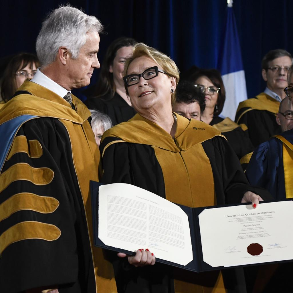 Pauline Marois reçoit son doctorat honorifique des mains du recteur de l'UQO, Denis Harrisson.