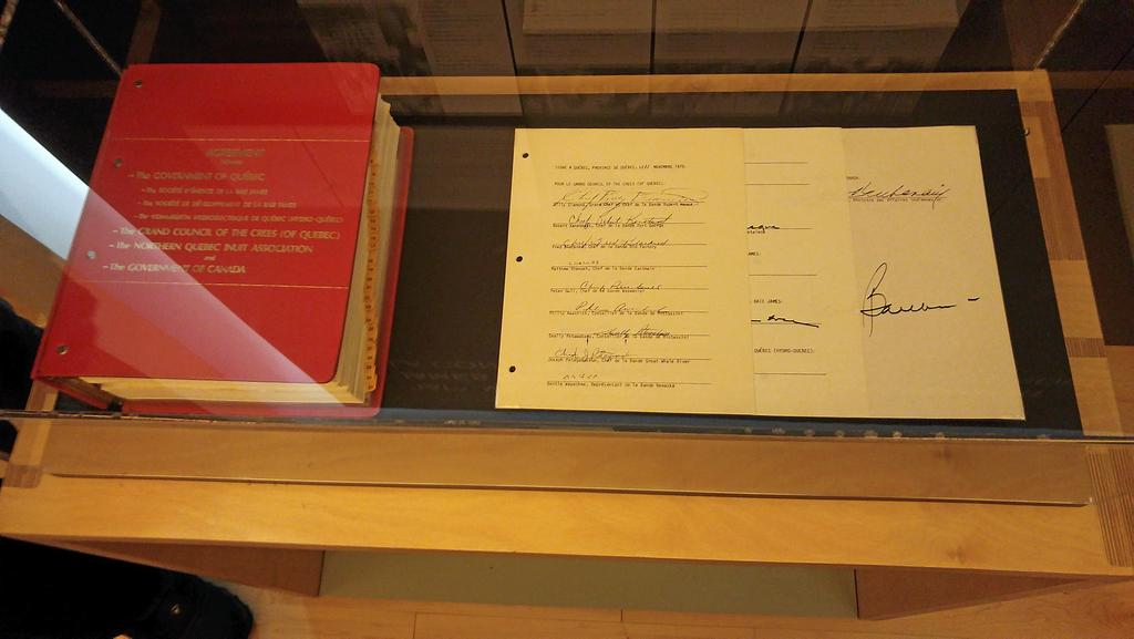 Un document original de la Convention de la Baie-James est exposé à l'Institut culturel cri Aanischaaukamikw.