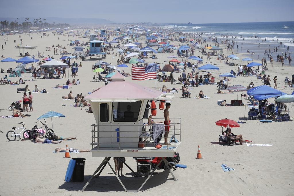 À Huntington Beach en Californie, la popularité de la plage semble rendre la distanciation sociale difficile.