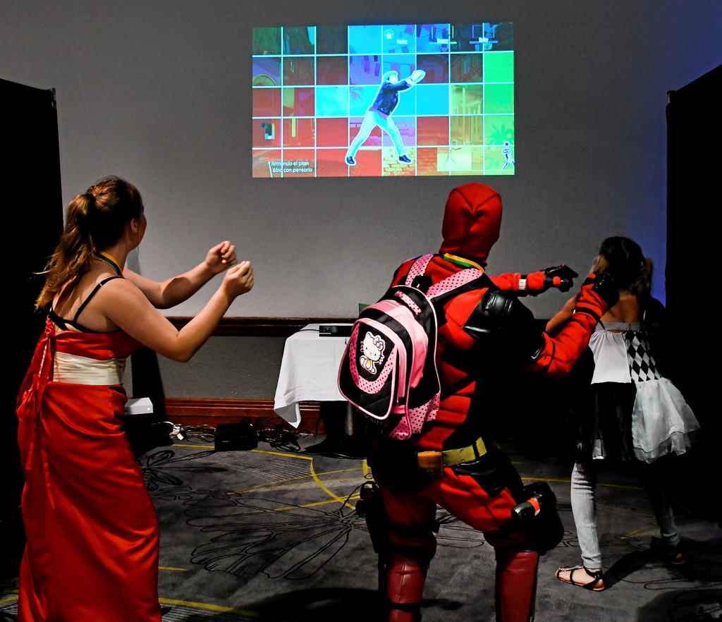 Une partie de Just Dance entre une princesse et Deadpool.