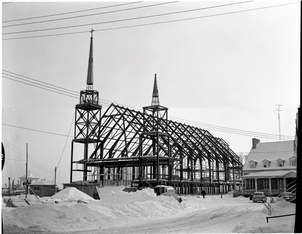 Photo en 1958 de la construction de l'église de Yamachiche.