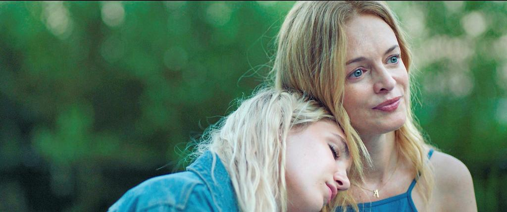 Sophie Nélisse (Aster) et Heather Graham (Cami) dans <em>The Rest of Us</em>.