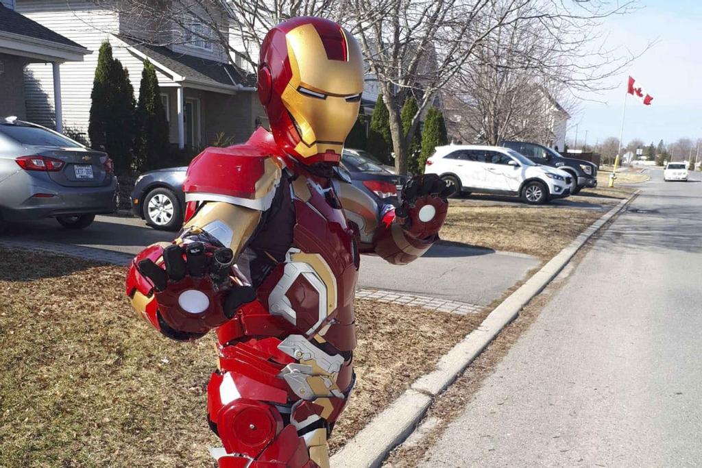 Andrew Griffiths dans son costume d'Iron Man.
