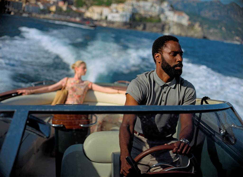 Elizabeth Debicki et John David Washington dans <em>Tenet</em>.