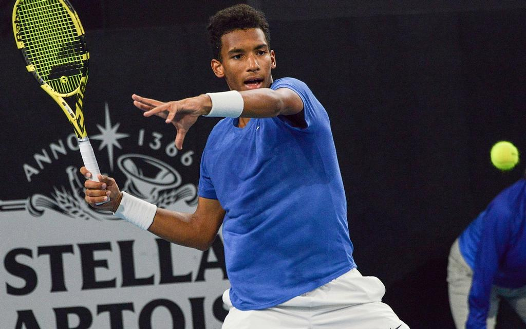 Felix Auger-Aliassime en action contre Alex Bolt au tournoi international d'Adélaïde, en Australie, jeudi