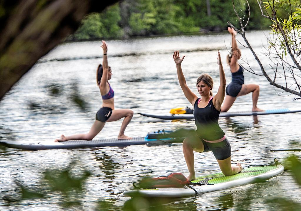 Du Yoga en paddle board, c'est possible au Centre nautique de la Lièvre à Buckingham.