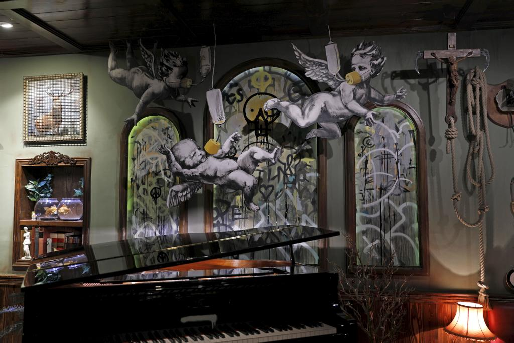 Des illustrations de Banksy dans l'hôtel «Walled-Off».