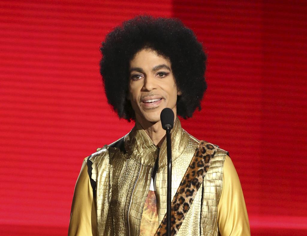 Random House a confirmé lundi à l'Associated Press que The Beautiful Ones combinera le manuscrit inachevé de Prince avec des photos rares, des «scrapbooks» et des paroles de chansons.