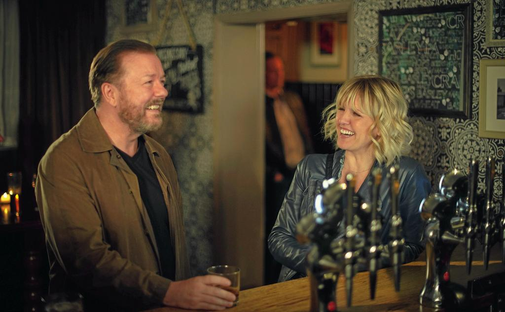 Ricky Gervais et Ashley Jensen dans <em>After Life 2</em>.