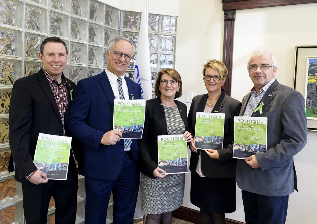 Les présidents de la Commission des arts et la Culture, Jonathan Tremblay, de la Commission des sports et plein air, Michel Thiffault, des Services communautaire, Vie de quartier et Développement, Brigitte Bergeron, la directrice du Services de la culture, sports, vie communautaire, Guylaine Houde et le maire suppléant Michel Potvin