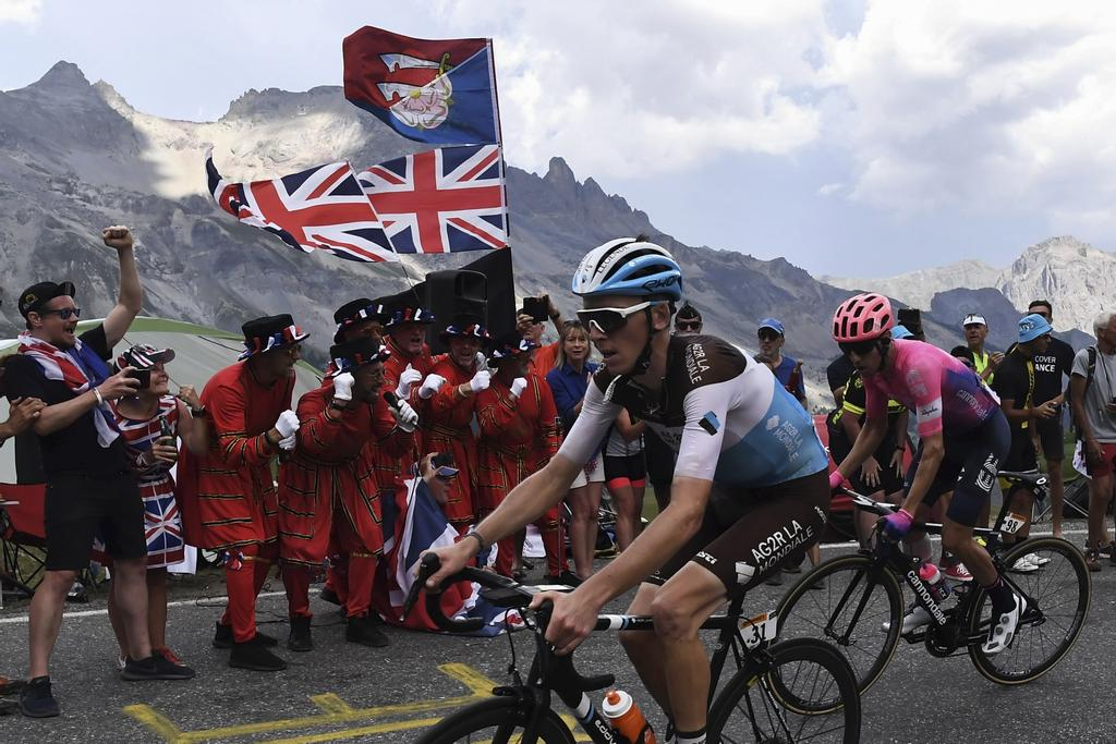 Des partisans britanniques encouragent le Français Romain Bardet et le Canadien Michael Woods pendant leur ascension de la 18e étape du Tour de France, jeudi, entre Embrun et Valloire.