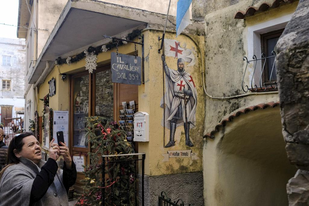 Une femme prend en photo la boutique de souvenirs <em>The Knight Souvenir Shop</em>.