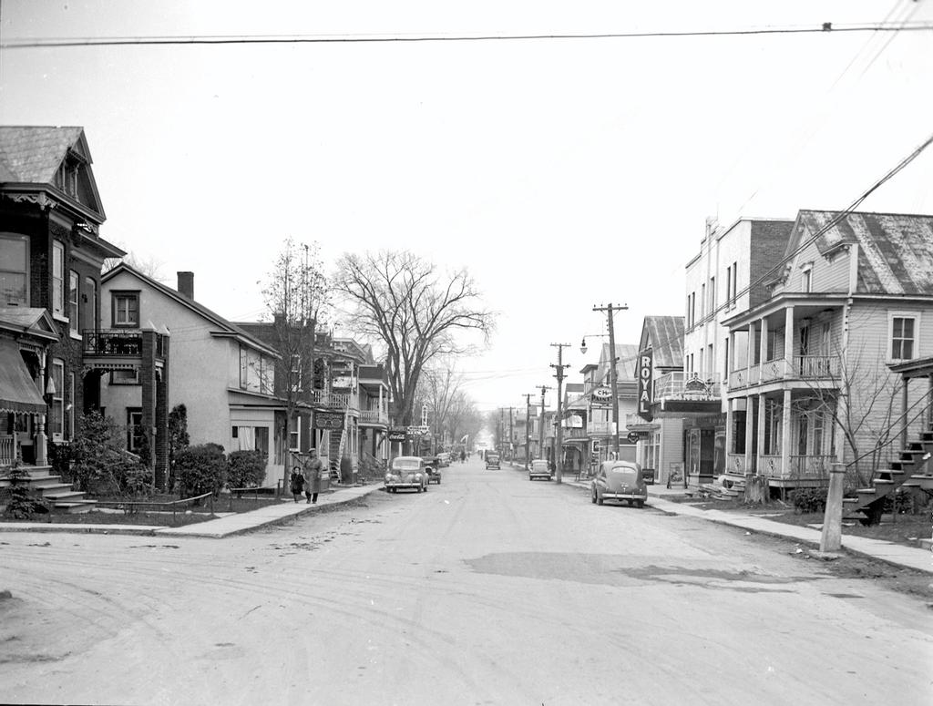 Louiseville en 1945. Photo de l'avenue Saint-Laurent. On aperçoit entre autres le cinéma Royal.