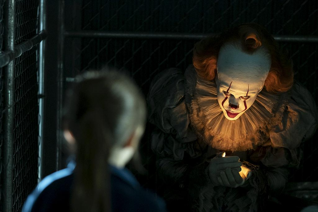 Le clown maléfique Pennywise (Bill Skarsgård) resurgit 27 ans plus tard.