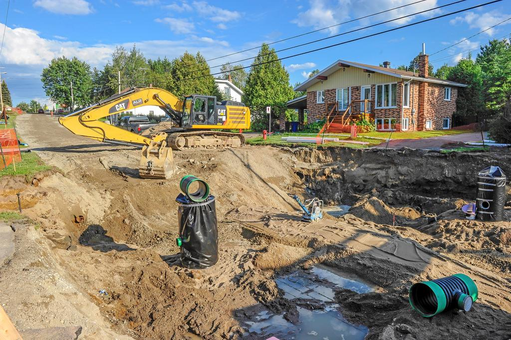 L'immense chantier occupe l'unique voie de circulation qui traverse la municipalité.
