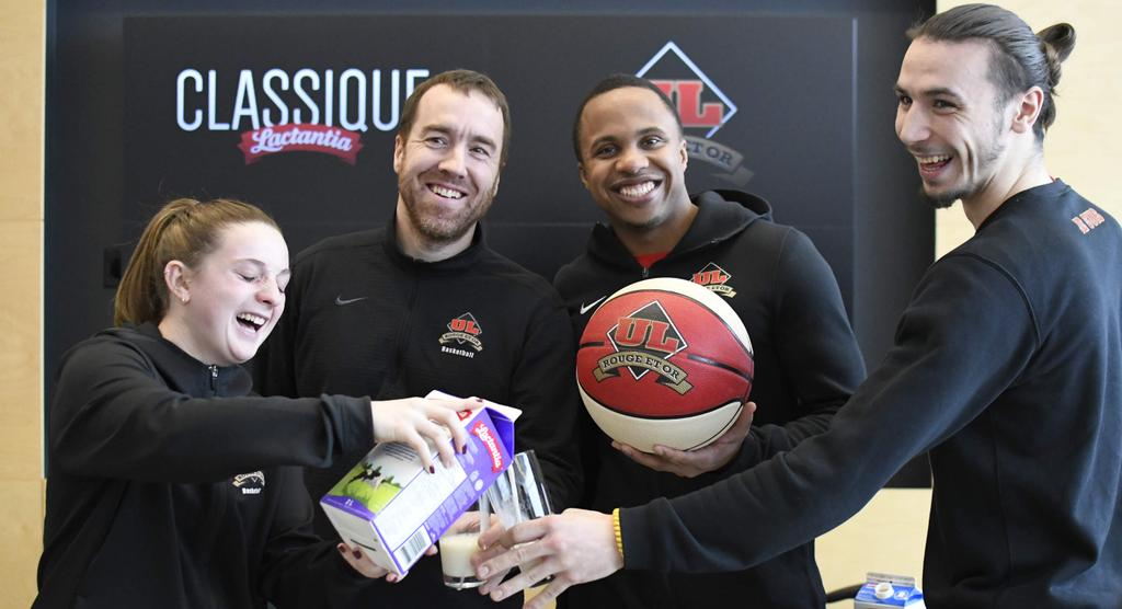 Carrie-Ann Auger, Guillaume Giroux, Nathan Grant et Sidney Tremblay-Lacombe, du club de basketball Rouge et Or