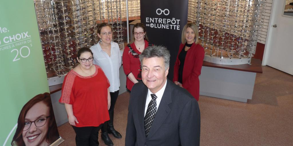 De gauche à droite : Laurie Delisle, conseillère/styliste; Audrey Auch, directrice et opticienne d'ordonnances; Mélanie Verrette, opticienne d'ordonnances; Pascale Bonin, opticienne d'ordonnances; Daniel Beaulieu, président et chef de direction