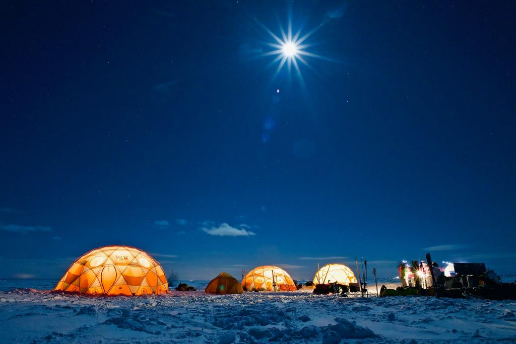 Camping hivernal sous une lune spectaculaire