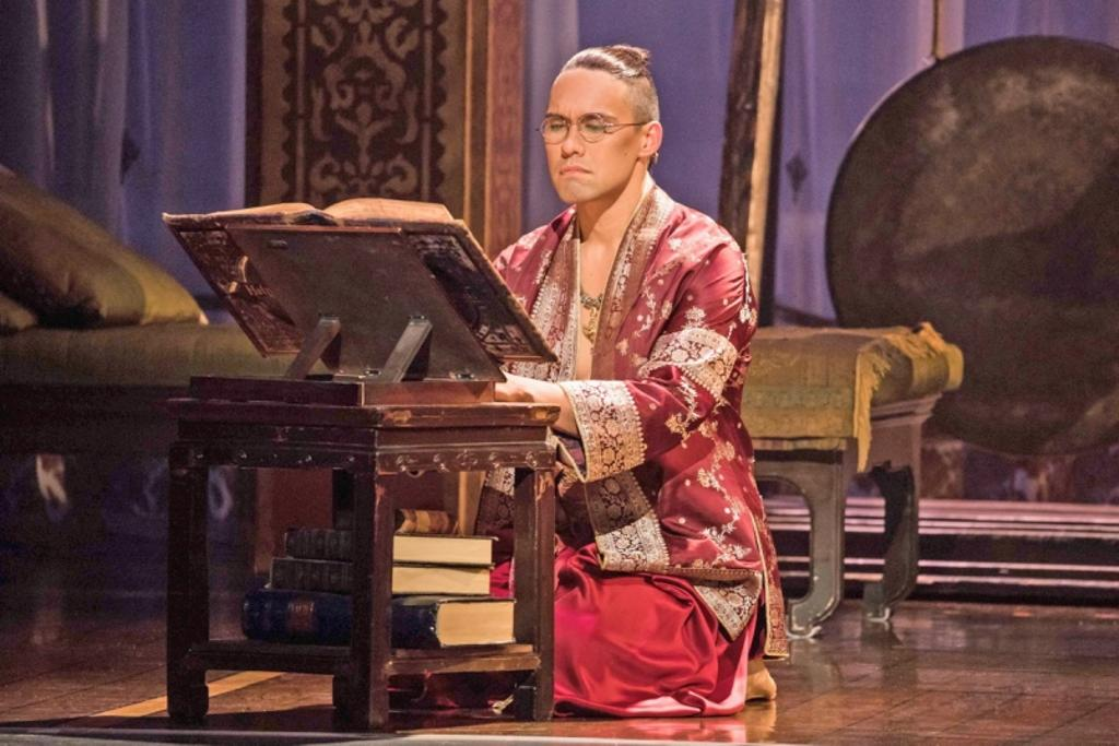 Pedro Ka'awaloa est le roi du Siam dans «The King and I».