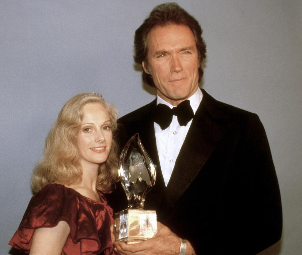 Sondra Locke et Clint Eastwood en 1981. L'acteur venait de remporter un People's Choice Award.