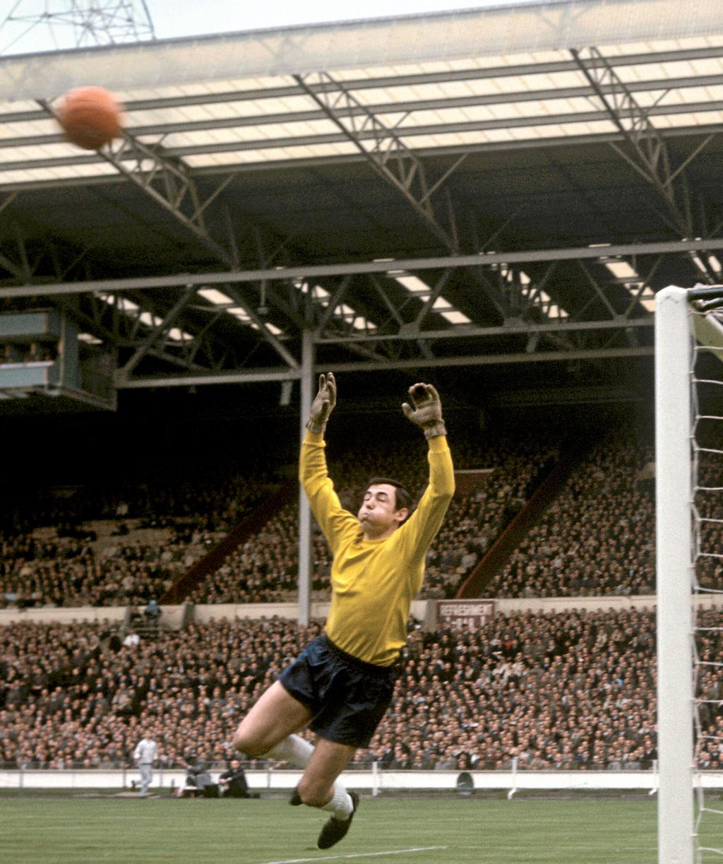Gordon Banks en action lors d'un match contre la Hongrie, au stade Wembley de Londres, en mai 1965. AP